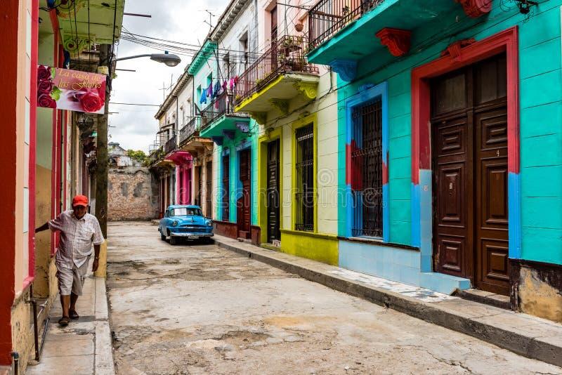 五颜六色的议院-哈瓦那,古巴 免版税库存图片