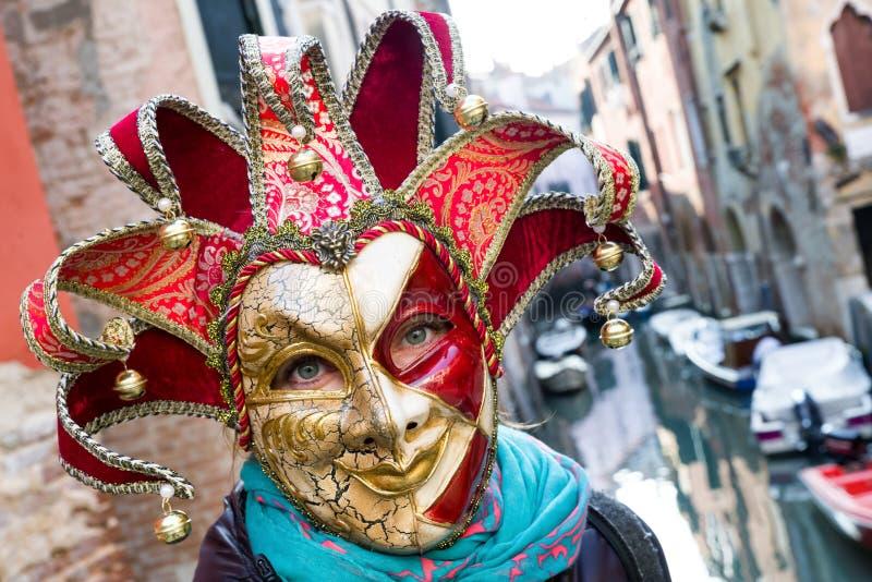 五颜六色的说笑话者面具的妇女在威尼斯狂欢节2018年 库存图片