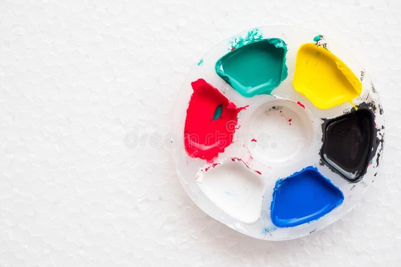 五颜六色的调色板由孩子使用了为油漆他们的雕塑 它` s fu 免版税库存图片