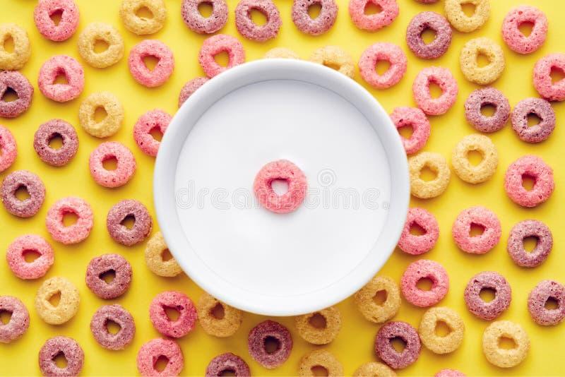 五颜六色的谷物圆环和一碗顶视图牛奶 免版税库存图片