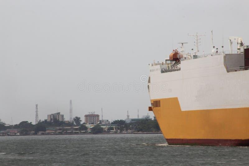 五颜六色的货船或出口到达拉各斯海岸线 免版税库存照片