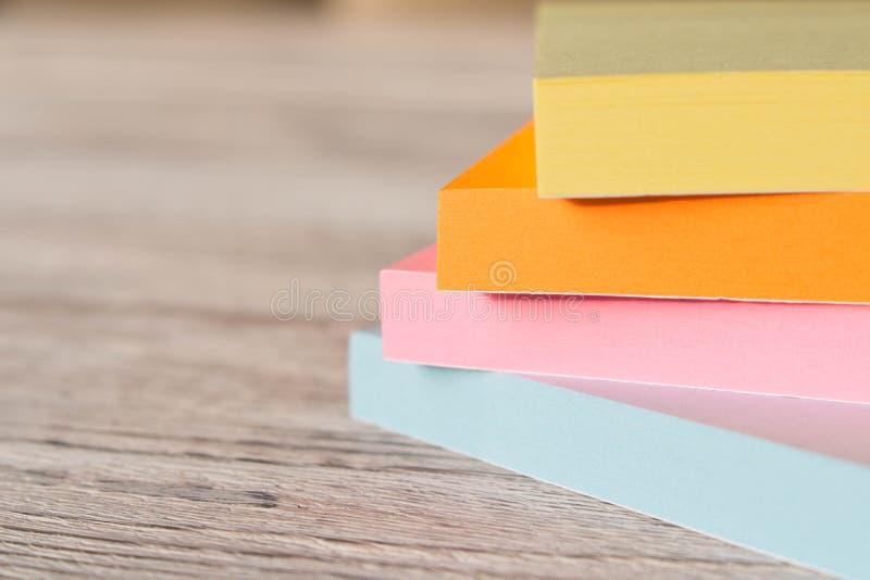 五颜六色的贴纸包裹笔记的关于一张木桌 库存图片