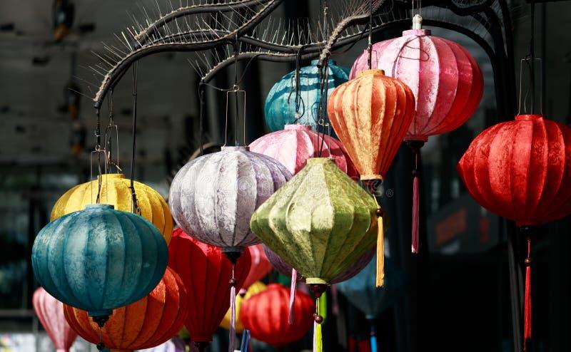 五颜六色的越南传统风格灯笼垂悬的特写镜头视图 免版税库存照片
