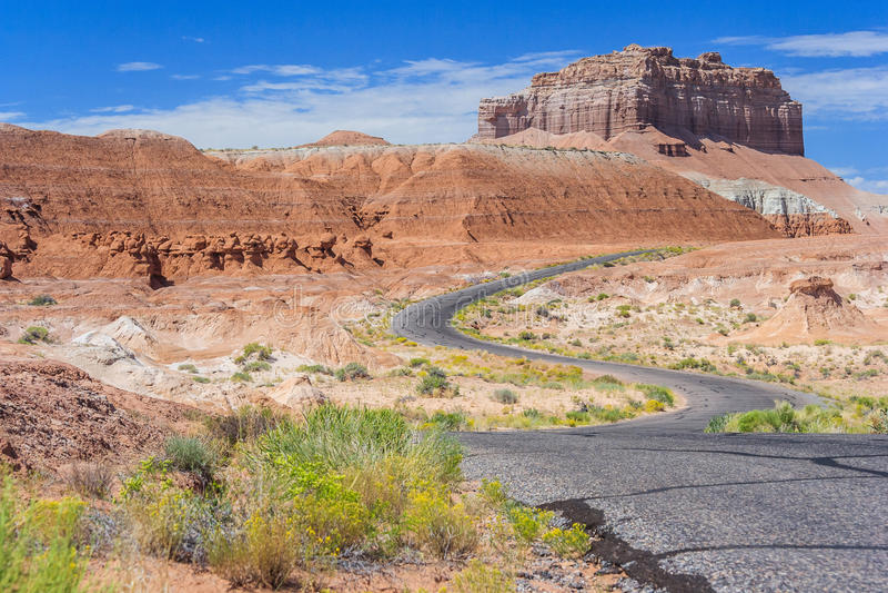 五颜六色的路在沙漠绘用不同的颜色沉积和岩石临近恶鬼谷国家公园犹他美国 免版税库存照片