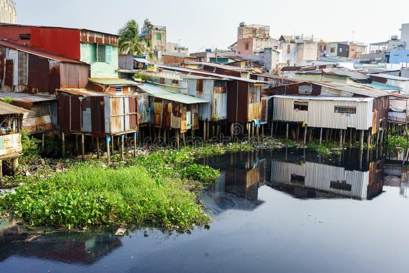 五颜六色的蹲着的人居住在贫民窟市区在胡志明市,越南 库存图片