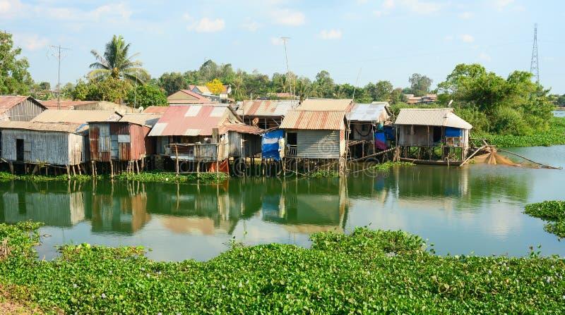五颜六色的蹲着的人棚子和房子在西贡 库存照片