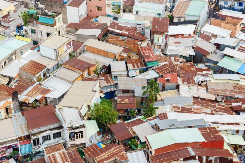 五颜六色的蹲着的人棚子和房子在贫民窟市区在西贡,越南 免版税图库摄影