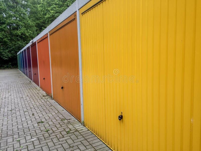 五颜六色的车库门 免版税库存照片