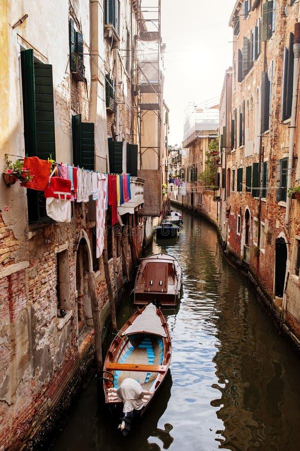 五颜六色的运河在威尼斯,意大利 库存图片