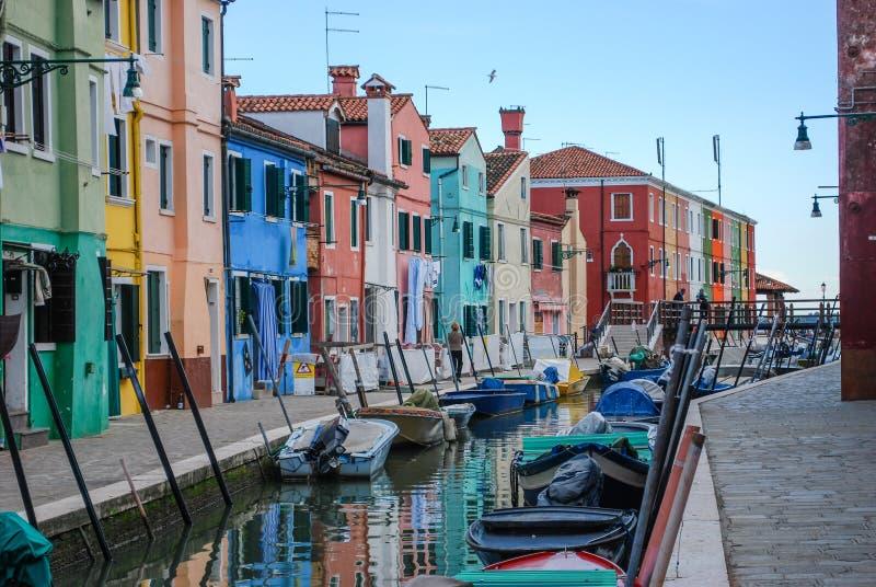 五颜六色的运河边房子在Burano,威尼斯,意大利 免版税库存图片