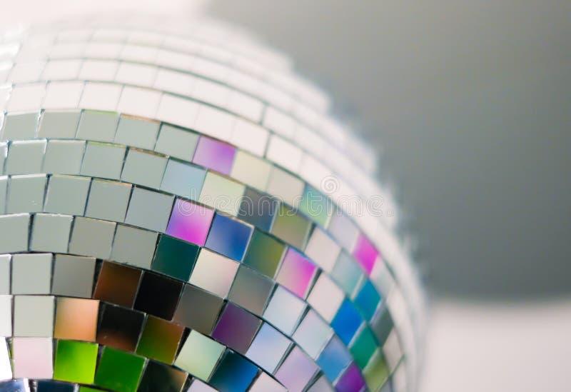 五颜六色的迪斯科球接近的看法与多彩多姿的反射的 在家为一个乐趣夜党或假日做准备 库存照片
