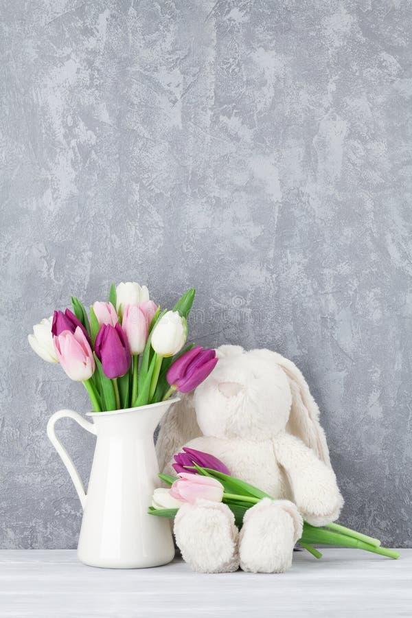 五颜六色的郁金香和兔子 看板卡复活节 图库摄影