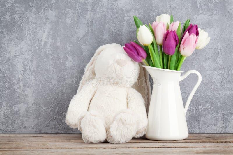 五颜六色的郁金香和兔子 看板卡复活节 库存照片