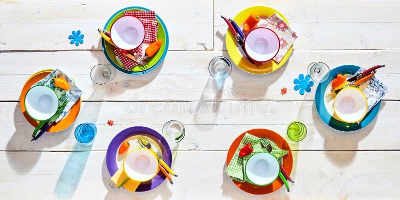 五颜六色的野餐桌餐位餐具 免版税库存照片