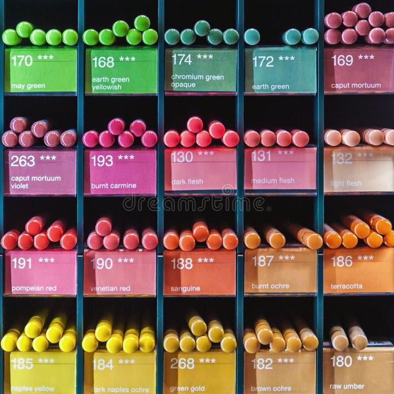 五颜六色的铅笔待售在商店 免版税库存照片