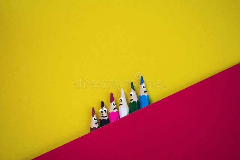 五颜六色的铅笔激动滑稽的 向量例证