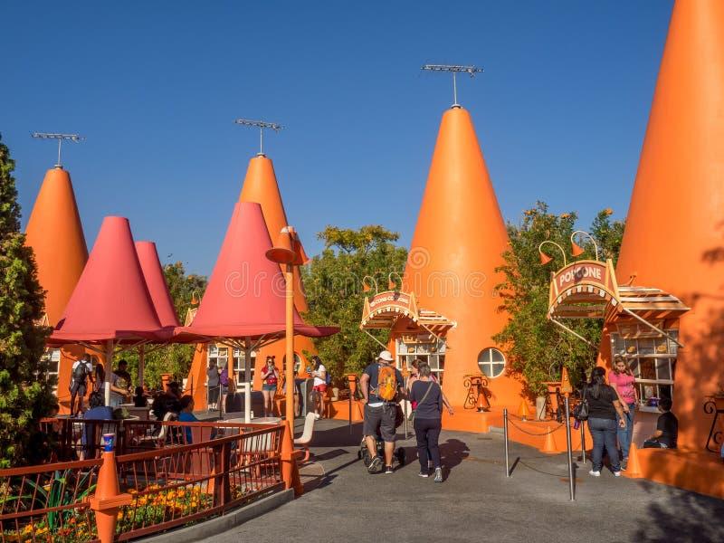 五颜六色的锥体报亭在Carsland,迪斯尼加利福尼亚冒险公园 库存照片