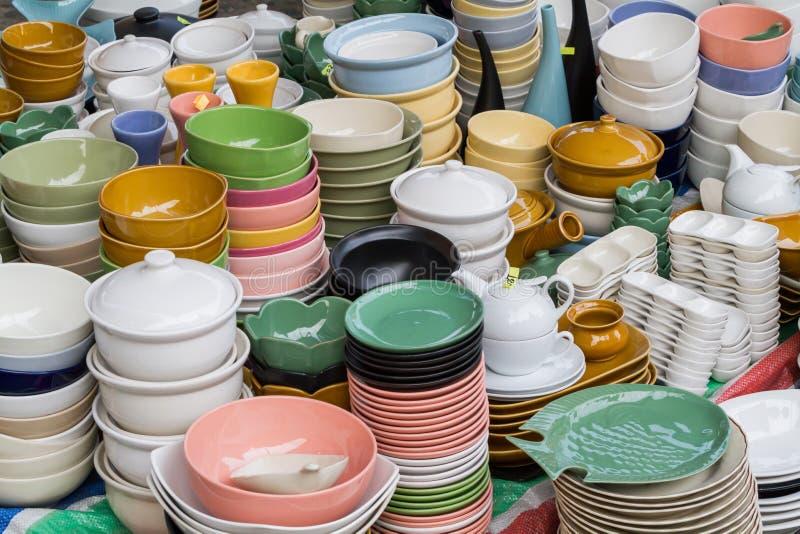 五颜六色的陶瓷板材和碗 库存图片