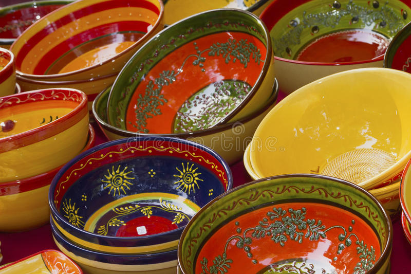 五颜六色的陶瓷碗准备好待售 库存照片