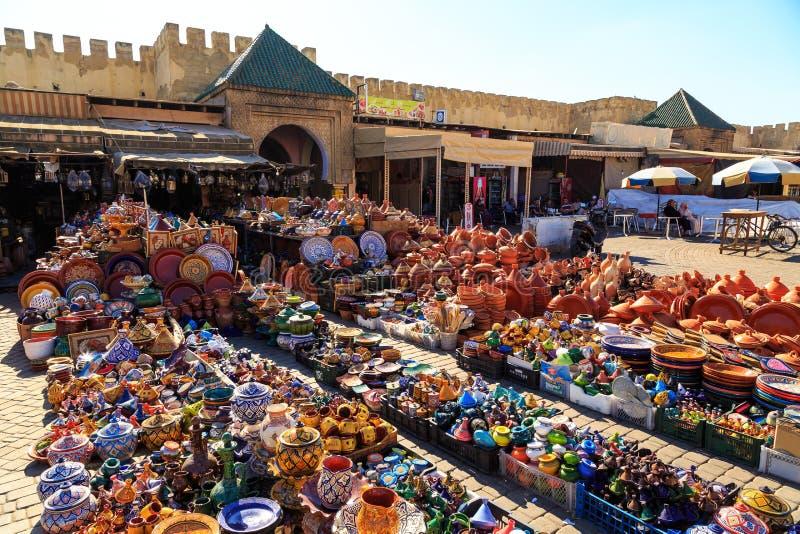 五颜六色的陶瓷纪念品在一家商店在摩洛哥梅克内斯 图库摄影