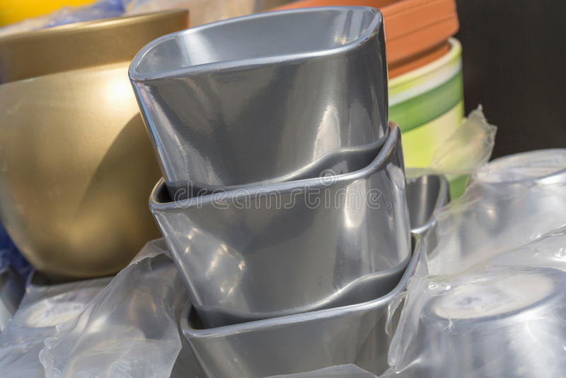 五颜六色的陶瓷罐在市场,晴天上 库存图片