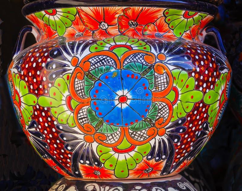 五颜六色的陶瓷蓝色橙色花盆德洛丽丝绅士墨西哥 免版税库存图片