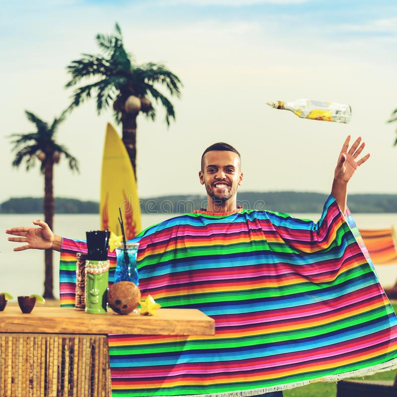 五颜六色的雨披的英俊的正面墨西哥侍酒者投掷  免版税库存照片