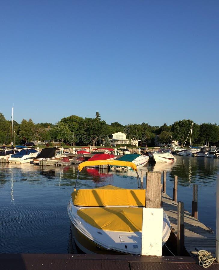 五颜六色的靠码头的小船 免版税库存照片
