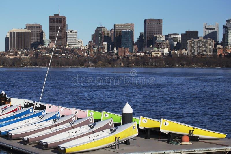 五颜六色的靠码头的风船和波士顿地平线,查尔斯河,马萨诸塞,美国 库存照片
