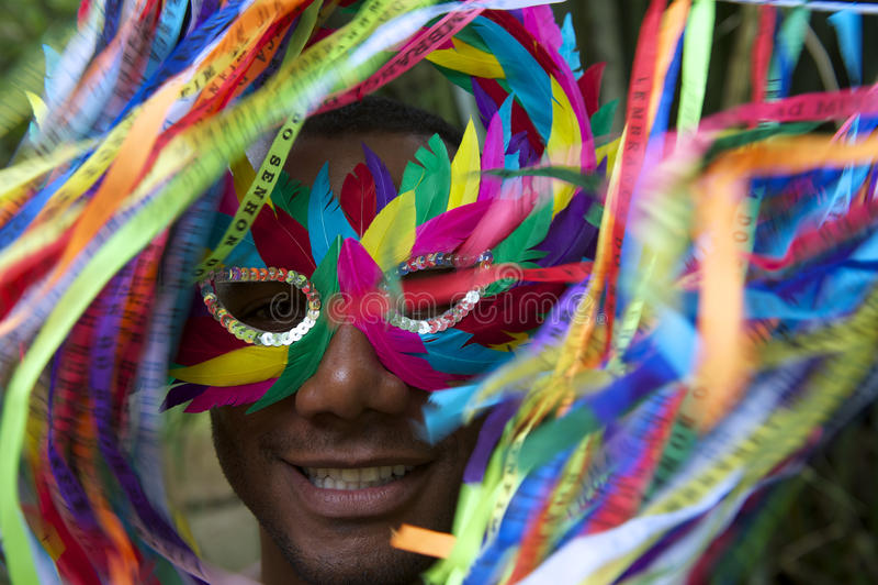 五颜六色的面具的里约狂欢节微笑的巴西人 免版税库存照片