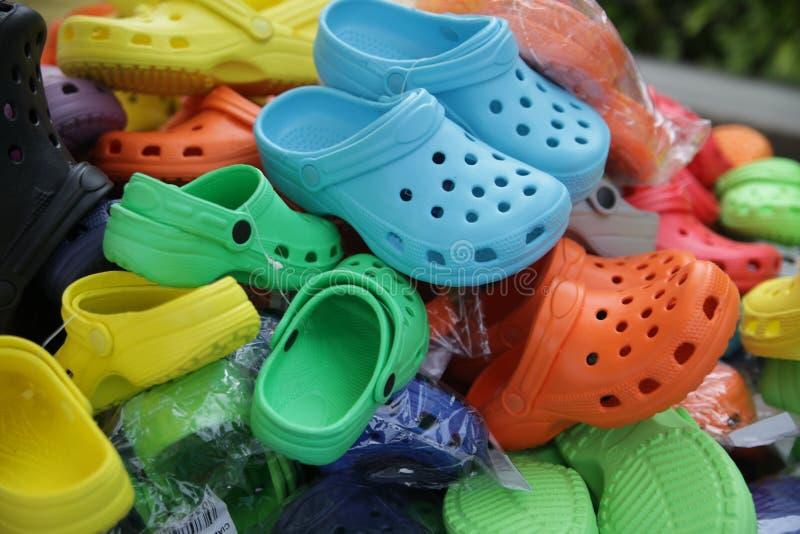 五颜六色的鞋子在跳蚤市场上 库存图片