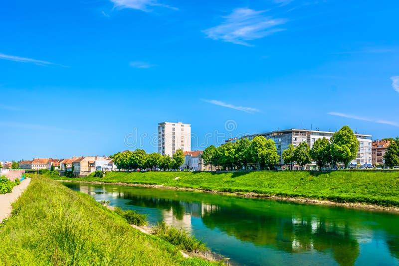 五颜六色的风景在卡尔洛瓦茨, Korana河 免版税库存照片