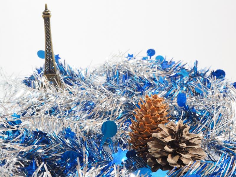 五颜六色的飘带纸、杉木球和式样埃佛尔铁塔 库存照片