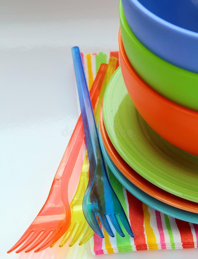 五颜六色的餐巾塑料碗筷 库存图片