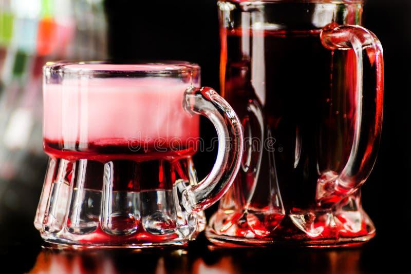 五颜六色的饮料在迪斯科镜子球背景射击了,刷新 免版税库存照片