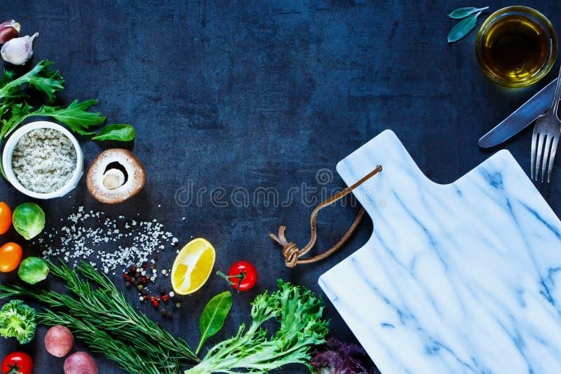 五颜六色的香料和菜 库存图片