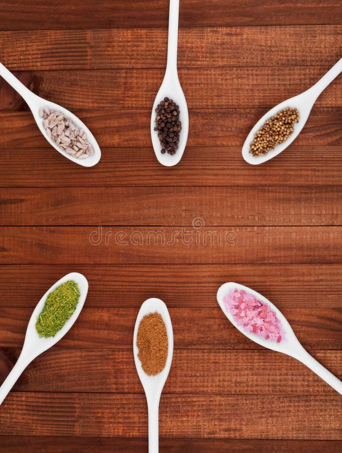 五颜六色的香料的分类在木匙子的 免版税库存图片