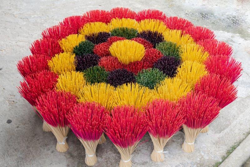 五颜六色的香火快照 五颜六色的香火棍子在商店显示了在颜色,越南 免版税图库摄影