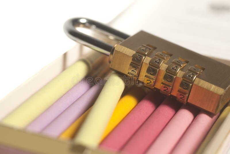 五颜六色的香烟和挂锁 烟草瘾概念 免版税库存图片
