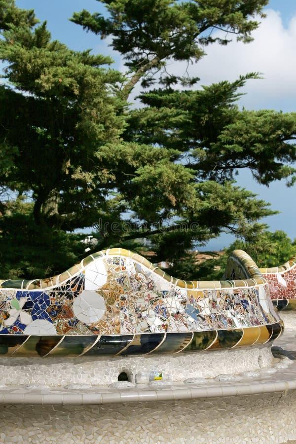 五颜六色的马赛克细节在安东尼・高迪Parc Guell,巴塞罗那,西班牙 免版税库存图片
