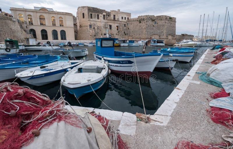 五颜六色的鱼网在港口在盖利博卢半岛,普利亚意大利 塑料鱼网可以污染和危险对海洋生活 库存照片