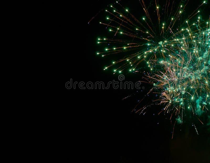 五颜六色的鲜绿色的烟花和烟在夜空背景中 免版税库存图片