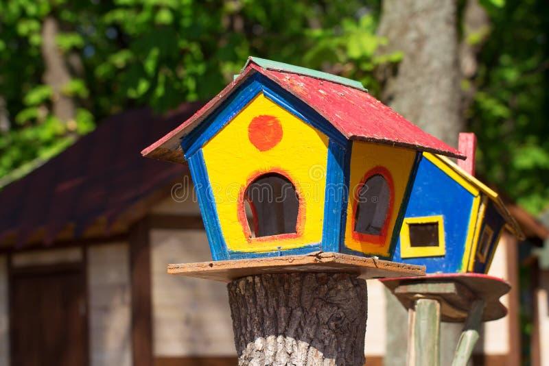 Download 五颜六色的鸟舍在公园 库存图片. 图片 包括有 棚车, 黄色, 敌意, 充满活力, 野生生物, 双翼飞机 - 72371467