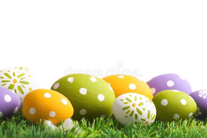 五颜六色的鸡蛋和绿草 库存图片