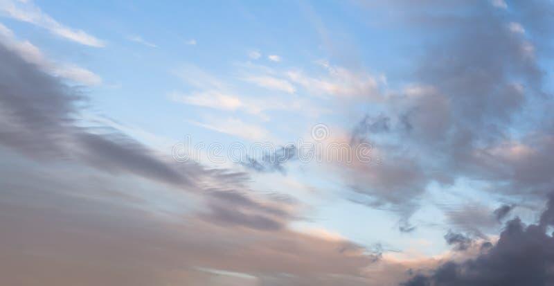 五颜六色的黎明/黄昏天空,与黑暗的云彩 库存照片