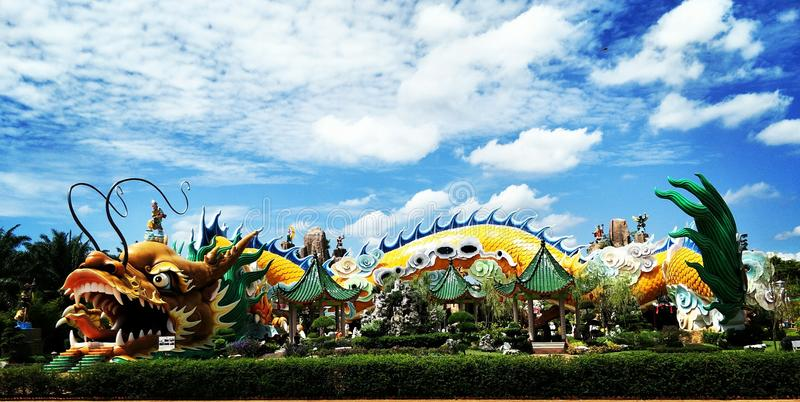 五颜六色的龙寺庙在雍彭 库存图片