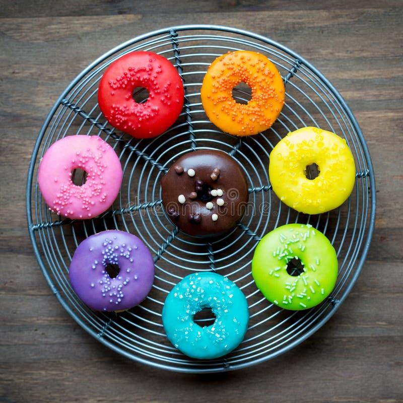 五颜六色的给上釉的油炸圈饼 免版税库存照片