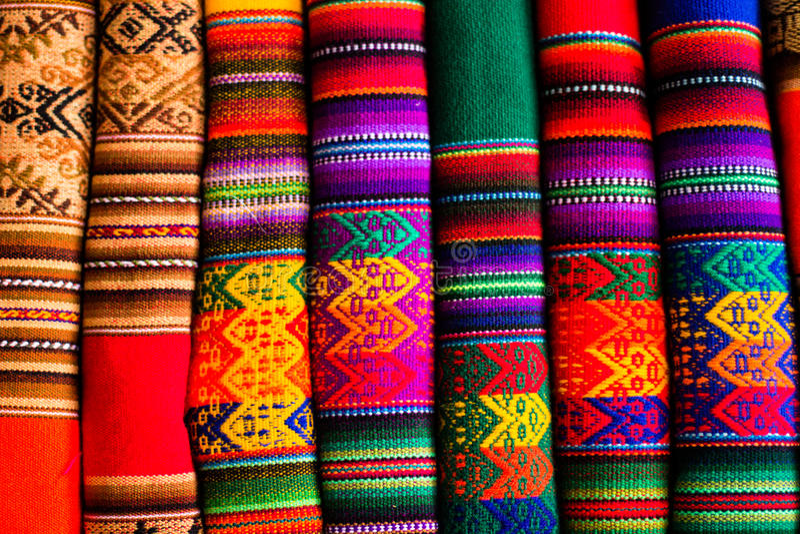 五颜六色的织品在市场上在秘鲁,南美 图库摄影