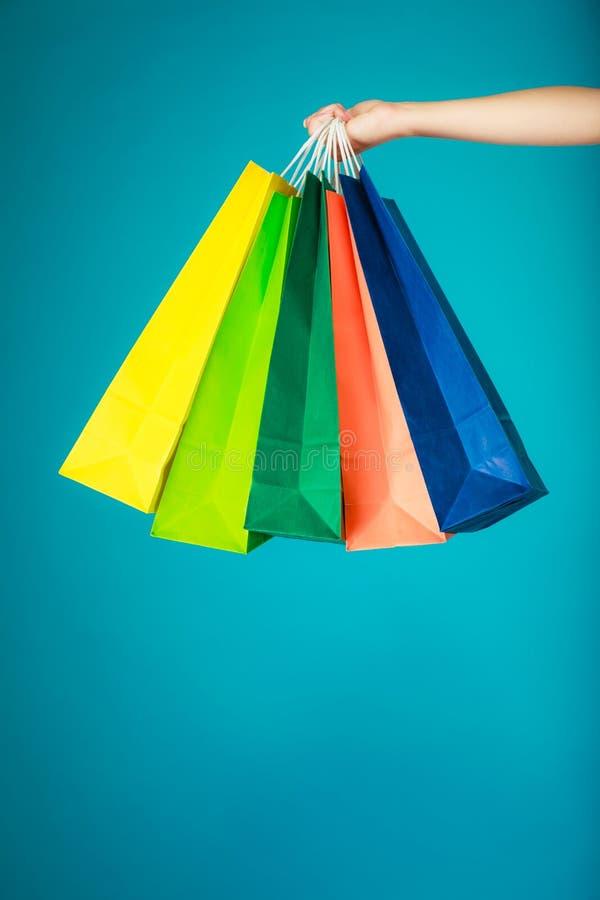五颜六色的购物袋在女性手上 销售零售 免版税库存图片