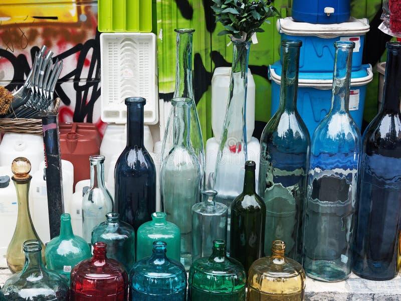 五颜六色的玻璃瓶 免版税库存照片